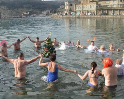 Севастопольские моржи водили хоровод вокруг плавающей новогодней ёлки и поднимали бокалы за 2018 год