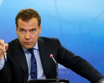 Медведев позаботился о траве и запретил некоторым россиянам курить