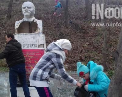 Севастопольцы восстановили бюст Ленина, разрушенный вандалами
