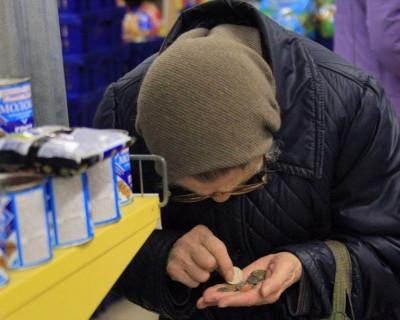 Украинские пенсионеры  вынуждены есть продукты в магазине, потому что заплатить им нечем!