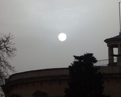 В Севастополе «побледнело» солнце и выпали цветные осадки