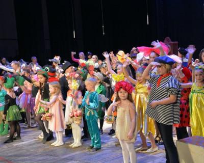 Севастопольским школьникам подарили «волшебные сказки из сундучка тётушки Розы»