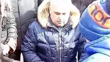 Представитель власти на коленях попросил прощение у кемеровчан
