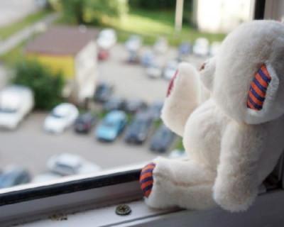 Не уследили: в Севастополе из окна на 5-ом этаже сорвался ребёнок