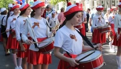 Праздничное шествие, посвященное Дню детства и юности в Севастополе