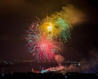 Праздничный салют на День Победы в Крыму