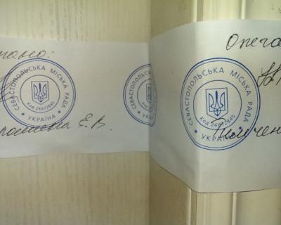 СМИ в Севастополе опечатали Украинской печатью с Трезубцем (фото)