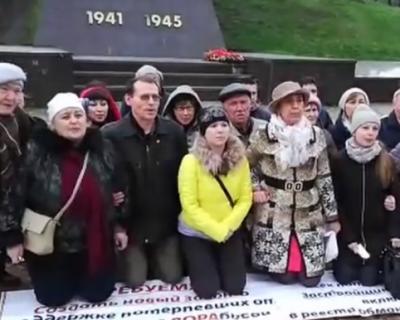 Уральцы на коленях обратились к Путину (ВИДЕО)