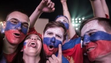 Болельщики остервенело празднуют победу сборной России! (ФОТО, ВИДЕО)