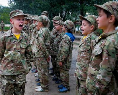 Дети ненависти: маленькие украинцы с оружием стерегут «целостность» страны (ВИДЕО)