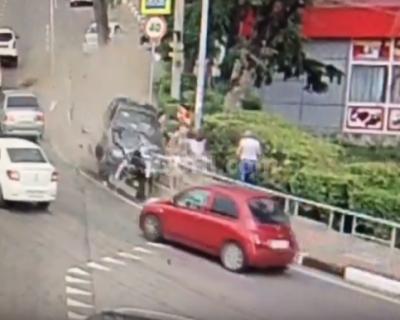 Водитель, уснувший за рулем, сбил пешеходов. Страшное видео
