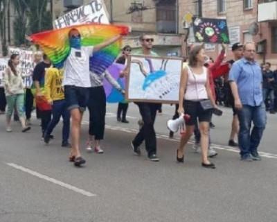 На окраине украинского города среди старых домов состоялся гей-парад