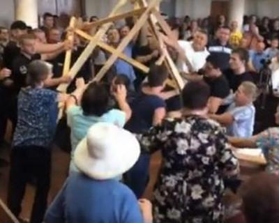Трэш в украинском горсовете: в драке за мэра схлестнулись 50 человек (ВИДЕО)