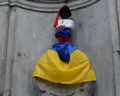 Писающий мальчик в Брюсселе описал флаг Украины