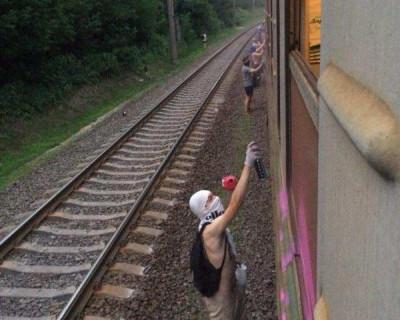 Под Киевом банда подростков разгромила поезд и забрызгала пассажиров слезоточивым газом