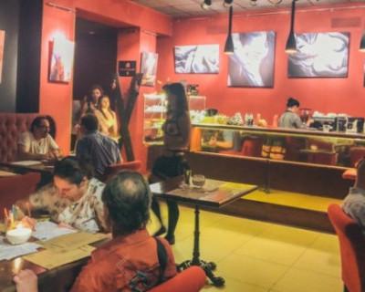 В Киеве открылось кафе, где работают официантки исключительно в полуголом виде