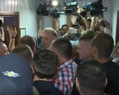 Адвокаты Януковича подрались с полицейскими (ВИДЕО)