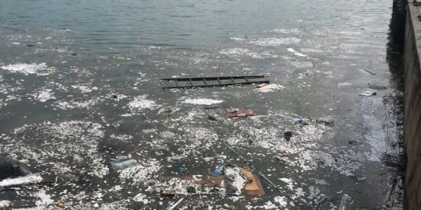 Кто убирает мусор в море севастопольской артбухты?
