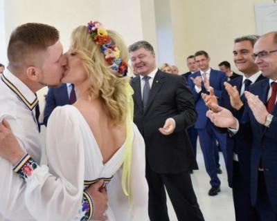 В Сети высмеяли подробный сценарий ролика про свадьбу и Порошенко (ВИДЕО)