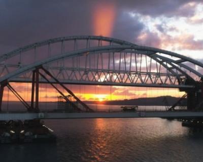 Фрагмент железнодорожного пролета Крымского моста съехал в море. Что произошло на самом деле