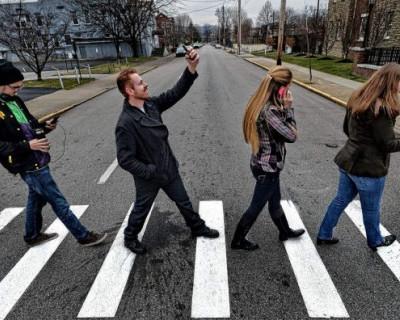 В Севастополе на дорогах появятся надписи, призывающие снять наушники и перестать говорить по телефону