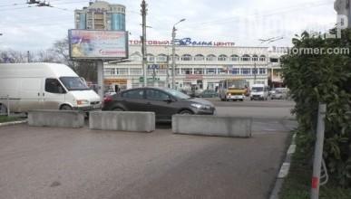 В Севастополе площадь 50-летия СССР вновь «зарастает» мусором