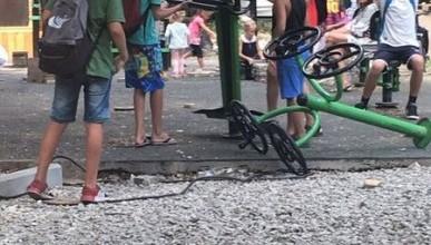 В Ялте дети играют с кирпичами и арматурой?