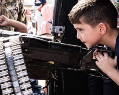 Западные СМИ: на Украине есть лагеря, где детей учат убивать