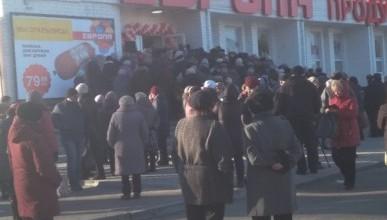 Пенсионеры устроили давку при открытии нового продуктового магазина (ФОТО)