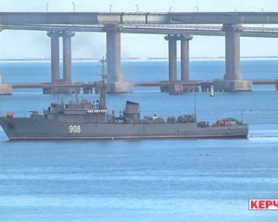 Срочно! Неизвестное судно перекрыло проход кораблям под аркой Крымского моста (ФОТО)