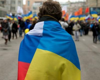 Двое мужчины с флагами России и Украины прошли по центру Киева (ВИДЕО)