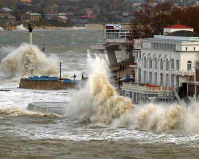 В Севастополе бушует непогода: обрушился шторм с дождем (ФОТО)