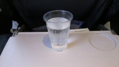 Авиакомпания собирается брать деньги с пассажиров за стаканчики для воды