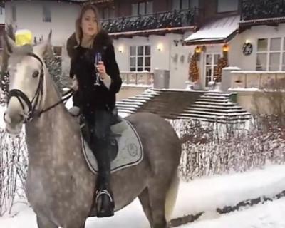 Раньше всех! Наталья Поклонская верхом на коне поздравила россиян с Новым годом (ВИДЕО)