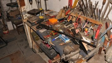 Пулеметы и автоматы: в севастопольском подвале нашли подпольную мастерскую (ФОТО)