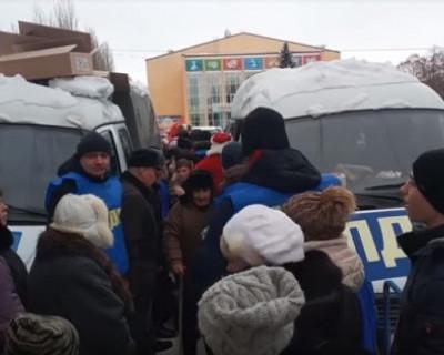В Курске толпа людей чуть не растоптала детей из-за конфет от ЛДПР (ВИДЕО)