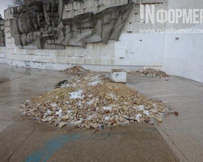 Один из узнаваемых монументов в Севастополе стоит облупленный в центре города (ФОТОРЕПОРТАЖ)