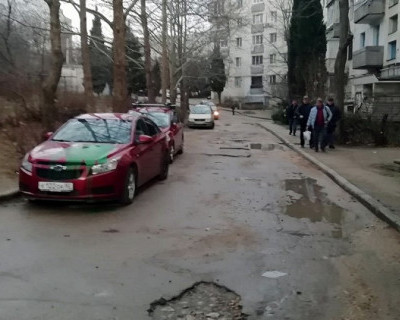В Севастополе неизвестные раскрасили красные автомобили в зелёный цвет