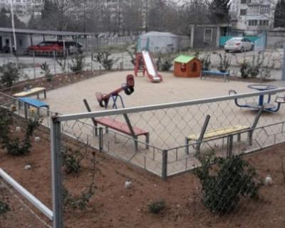 Пенсионеры Севастополя захватывают детские площадки и сажают там розы?