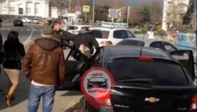 В Севастополе средь бела дня драка на Нахимова (ВИДЕО)