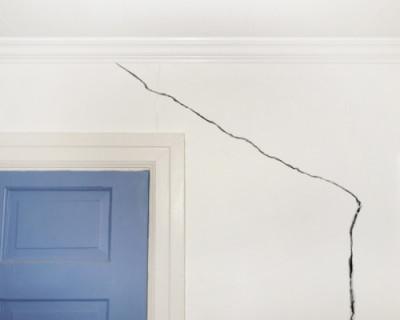Жительницу дома разбудила треснувшая стена (ВИДЕО)