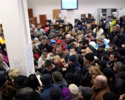 Бардак в Севастополе: встать за талоном в МФЦ в 5 утра и не получить его (ВИДЕО)