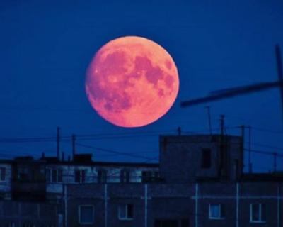 Соцсети заполнили фотографии красной Суперлуны