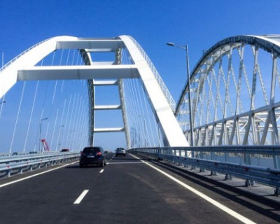 Турецкий дипломат проехал по Крымскому мосту