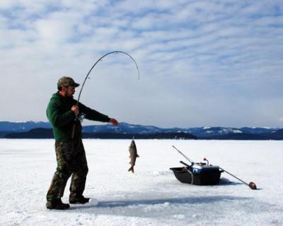 В Ханты-Мансийске местный житель во время рыбалки на реке Иртыш начал делать лунку и обнаружил газ (ВИДЕО)