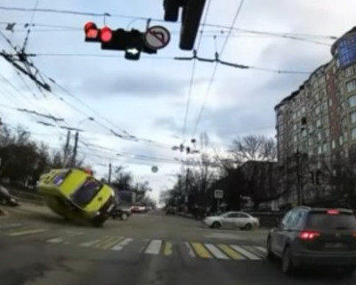 В Симферополе на полном ходу перевернулась карета скорой помощи