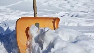 В российском городе  учителей согнали на уборку снега в 20-и градусный мороз (ФОТОФАКТ)