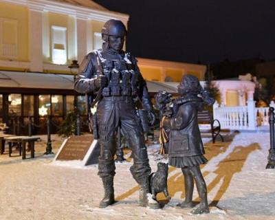 Памятник «Вежливым людям» в Симферополе облили красной краской