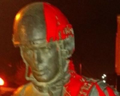 Хулиган, обливший краской памятник «Вежливым людям», требует признать себя политическим заключенным