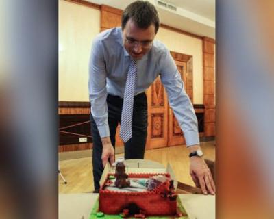 Украинскому министру подарили торт в виде Кремля